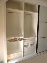 Armario empotrado: Puertas de cristal blanco con perfil negro