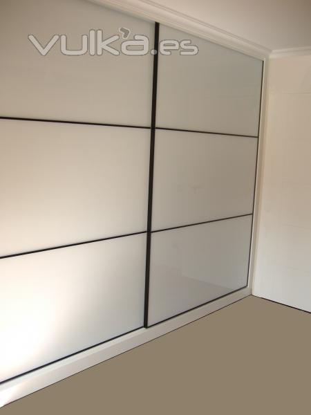Foto armario empotrado puertas de cristal blanco con perfil negro - Puertas de cristal para armarios ...
