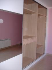 Armario empotrado: Puertas de tablero pulimentado blanco combinado con espejos y perfil metalizado