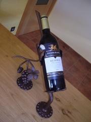Botellero de forja para una botella.42 euros iva incluido. botella no incluida.lacado al horno.