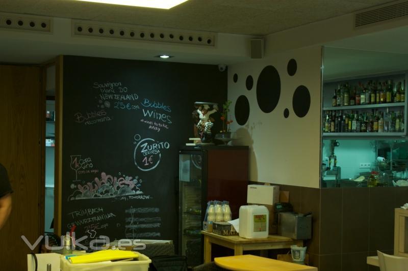 Foto decoraci n con pintura de pizarra en bar bubbles for Pizarra para bar