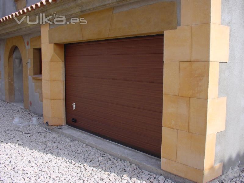 Casa residencial familiar instalacion puertas de garaje - Instalacion de puertas de madera ...