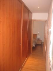 Armario con puertas correderas en pasillo