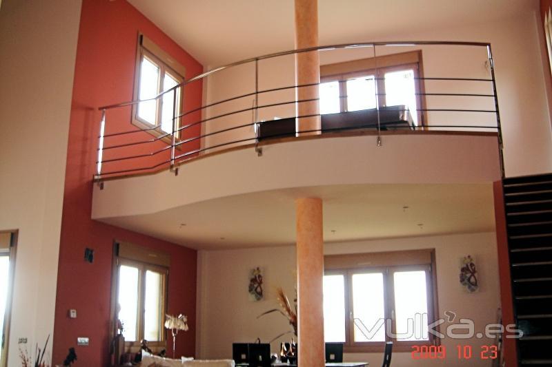 Foto pintura a dos colores en sal n y escalera con for Pintura color marmol