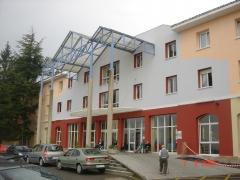 Pintura a tres colores en fachada principal residencia geri�trica del naranco (oviedo)