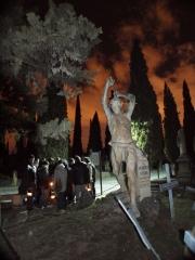 Rutas nocturnas en el cementerio de zaragoza, farol en mano