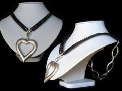 Colgante de coraz�n con piel y cadena grande ba�ada en plata