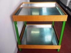 Mesa expositora con revestimientos de madera