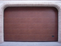 Puerta automatizada seccional imitacion madera