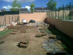 Trabajos de jardineria en arroyomolinos. suministro y colocaci�n de tepe, semillado.