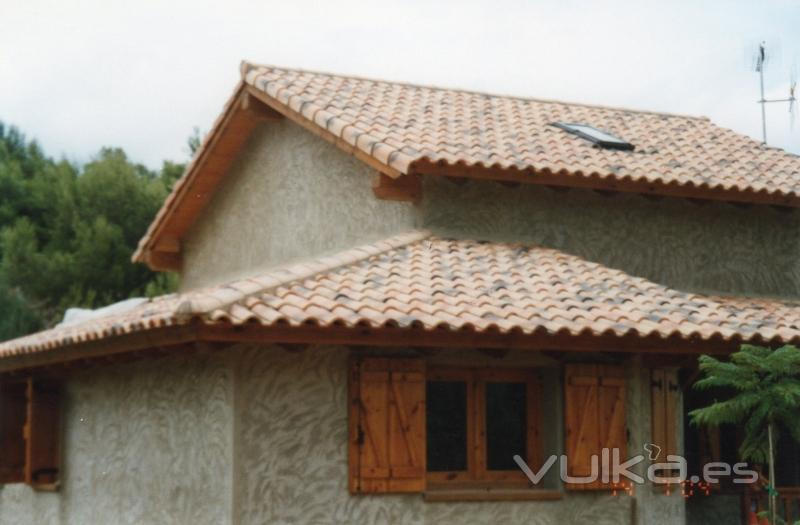 Foto casa con techo de madera for Sobretechos para casas