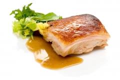Cochinillo confitado. piel crujiente y carne jugosa. listo en 15 minutos.