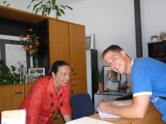 Estudiante en la recepción de la academia de idiomas de zador en vitoria