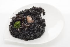 Arroz negro con chipirones. calentar 2 min.