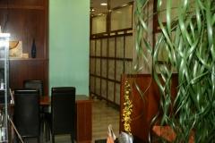 Vista parcial de una sala de espera y recepcion