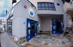 Entrada a tienda e instalaciones con terraza.