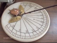Reloj horizontal con figura