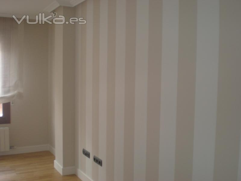 finest finest una pared a rayas verticales en el saln tostado y blanco roto with pintura rayas paredes with papel rayas pared - Papel Pintado Rayas Verticales