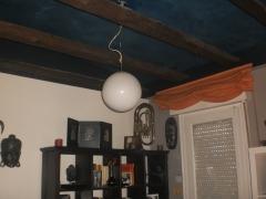 techo trapeado azul oscuro, estuco blanco y pl�stica color vis�n