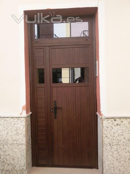 Puertas De Baño Aluminio:Puerta de Aluminio con duelas machiembradas en una comunidad de