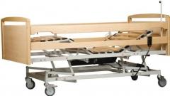 Cama articulada con movimientos de planos y de elevaci�n electricos. incluye cabecero, piecero y barandillas en ...