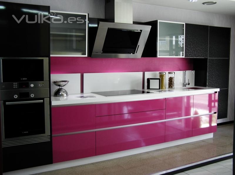 Foto cocina de exposici n en rosa fucsia antracita y blanco - Cocinas rosa fucsia ...