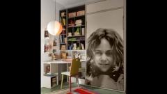 Cama abatible vertical dentro del armario con imagen en la puerta