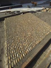 Colocacion y rejuntado con junta de hasta 3 cm de piedra de canto rodado sobre pavimento de mortero