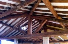 Estructura de madera con vigas centenarias recuperadas