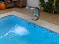 Detalle de cascada laminar en piscina