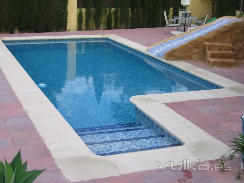 Foto piscina con tobogan de obra for Ver piscinas de obra