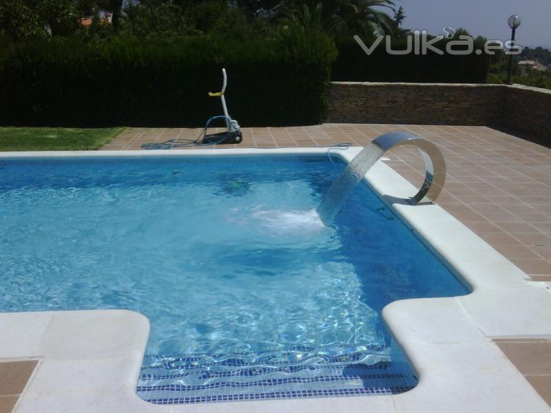 Foto reforma de piscina con gresite azul perla y cascada for Gresite para piscinas