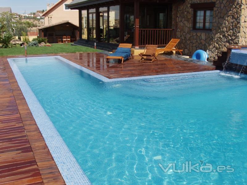 Foto dise o piscina desbordante en campo real - Piscinas en el campo ...