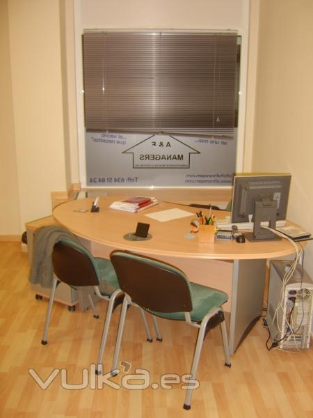 Oficina interior con mobiliario.