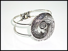 Bella pulsera de importación diseño en metal rodiado color plata, libre de níquel