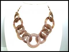 Bello collar d eimportaci�n de bello dise�o en metal rodiado tono cobre , libre de niquel