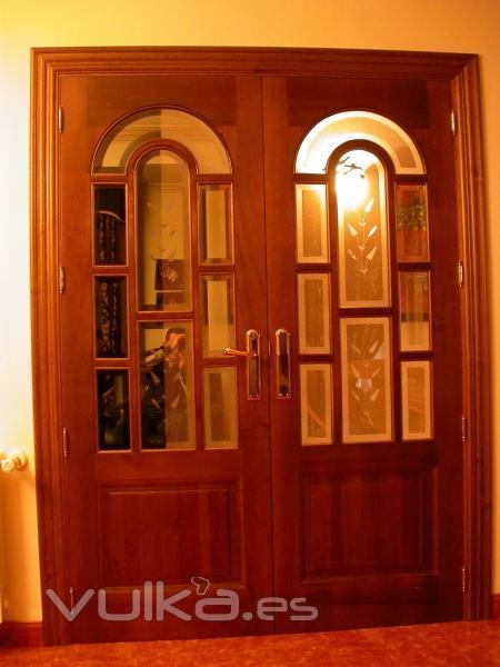 Foto puerta doble de interior cristalera en madera de for Puertas dobles de madera