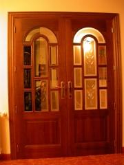 Puerta doble de interior,cristalera en madera de pino te�ida color nogal