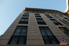 Construcci�n con moderna fachada de piedra (granito)