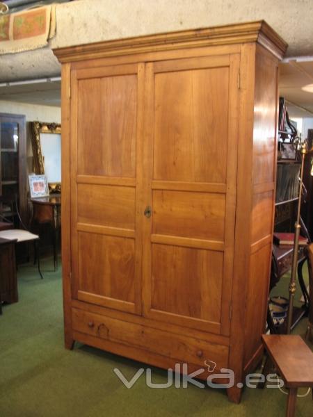 Foto antiguo armario de cerezo macizo 700eur for Armarios de cocina antiguos