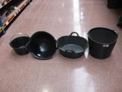 Cubo de goma, capazos diversos y cesta para fruta.