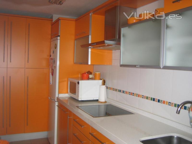 Foto cocina naranja mate 4 cantos campana decorativa 2 muebles vitrina abatibles con - Campanas de cocina decorativas ...