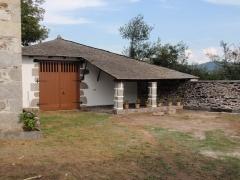 Alpendre y muro restaurado en castroverde
