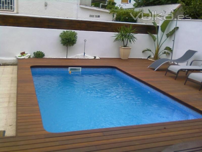 Foto piscina de obra con exterior de madera for Precio construccion piscina obra