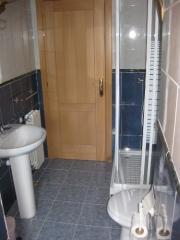 Baño de apartamento para cuatro personas