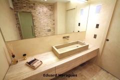 Interior baño con piedra