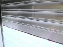 Persiana enrollable de alta seguridad y resistencia fabricada en aluminio extruido.