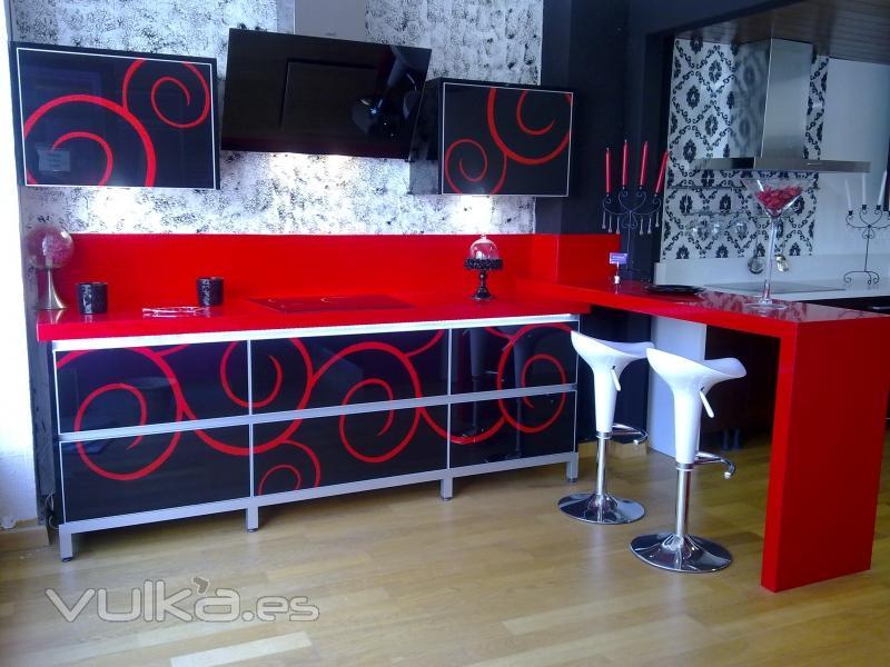 Foto exposicion cristal decorado fondo negro motivo rojo - Muebles de cocina en jaen ...