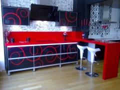 Exposicion cristal decorado fondo negro motivo rojo
