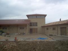 Bodega castillo de cuzcurrita. revestimiento de piedra de nuevas instalaciones.
